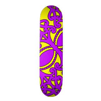 Motifs jaunes pourpres tribaux traditionnels planche à roulette