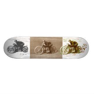 Moto vintage emballant sur le conseil en bois skateboard  20 cm