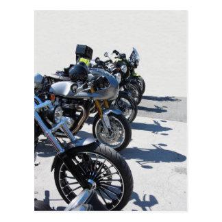 Motos garées dans la rangée sur l'asphalte carte postale