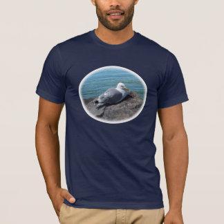 Mouette d'harengs se reposant sur la jetée de t-shirt