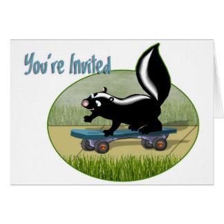 Mouffette à une invitation de planche à roulettes cartes de vœux