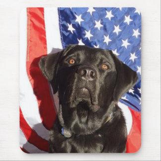 Mousepad noir de Labrador et de drapeau Tapis De Souris
