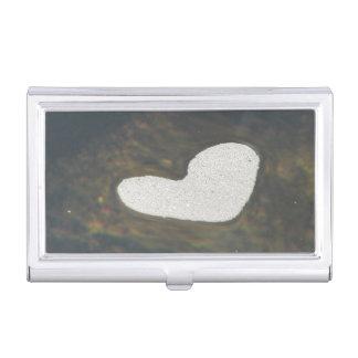 Mousse en forme de coeur sur un courant étuis pour cartes de visite