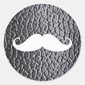 Moustache blanche drôle sur le motif en cuir noir sticker rond