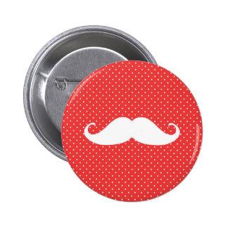 Moustache blanche drôle sur le pois rouge badge rond 5 cm