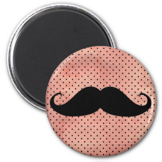 Moustache drôle sur l'arrière - plan rose mignon magnet rond 8 cm