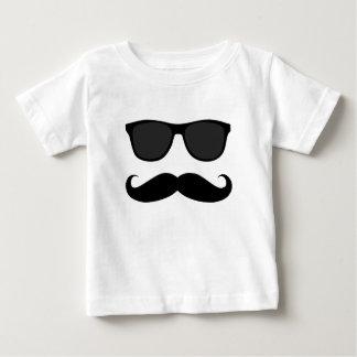 Moustache et cadeau noirs d'humeur de lunettes de t-shirt pour bébé