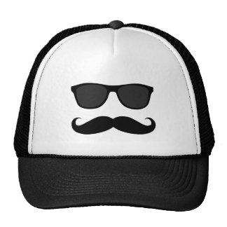 Moustache et lunettes de soleil noires drôles casquette