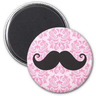 Moustache noire de guidon sur le motif rose de dam magnet rond 8 cm