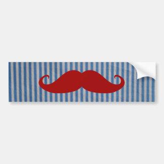 Moustache rouge drôle et rayures blanches bleues autocollant de voiture