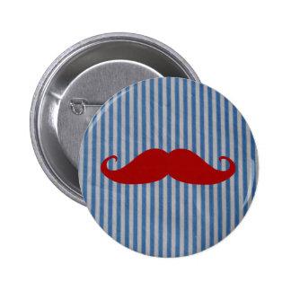 Moustache rouge drôle et rayures blanches bleues badge rond 5 cm