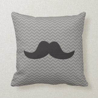 Moustache sur l'arrière - plan gris de chevron coussin