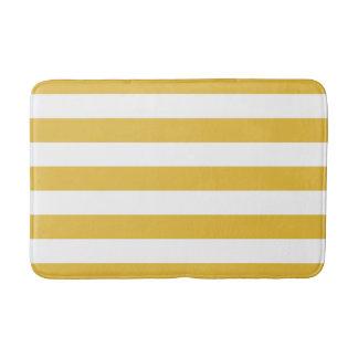 Moutarde et tapis de bain rayé blanc