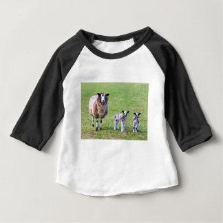 Moutons de mère avec deux agneaux nouveau-nés au t-shirt pour bébé