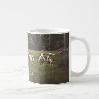 Moutons de Punny avec le pâturage de pays de photo Mug