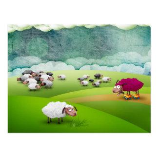Moutons d'une couleur différente carte postale