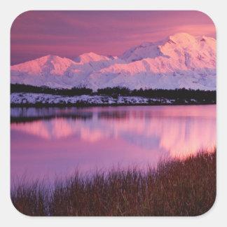 Mt. Denali au coucher du soleil de l'étang de Sticker Carré