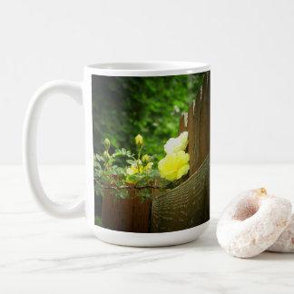 Mug Abeille de miel pollinisant la haie de rose jaune