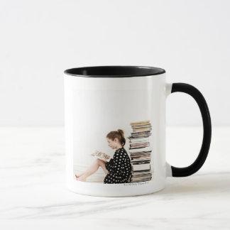 Mug Adolescente lisant la présentation horizontale sur