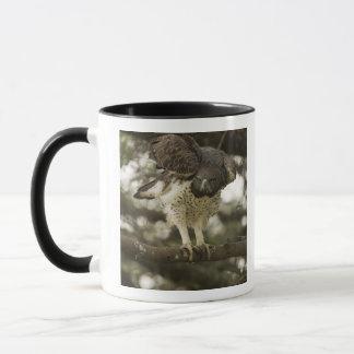 Mug Adulte martial d'Eagle dans l'arbre