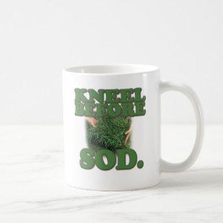 Mug Agenouillement avant gazon