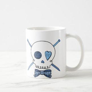 Mug Aiguilles de crâne et de tricot (bleues)