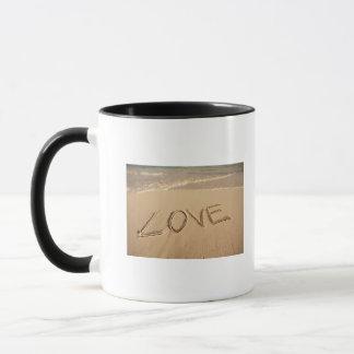 """Mug """"Aimez"""" le sable écrit sur la plage avec entrant"""