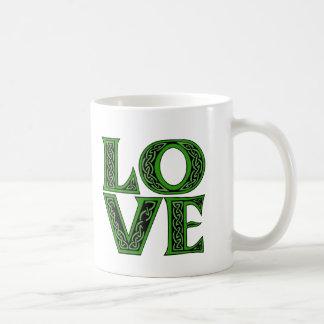 Mug Amour dans une police celtique irlandaise