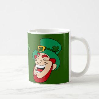 Mug Amusement du jour de St Patrick heureux et lutin