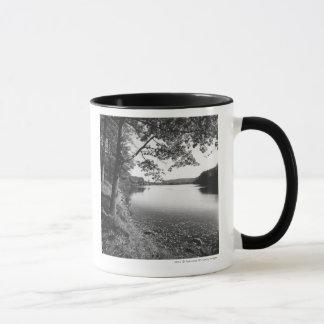 Mug Arbres par la rivière B&W