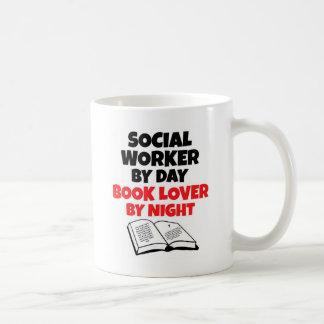 Mug Assistant social par l'amoureux des livres de jour