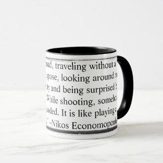 Mug Attaquez tandis que la pensée de tir est Economopo