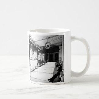 Mug Attente à la station de train
