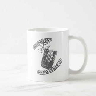 Mug Bangin sur une poubelle