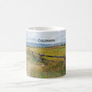 Mug barrière de rondin par une prairie