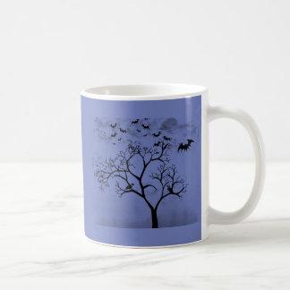 Mug Battes et corneilles de Halloween dans l'arbre