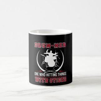 Mug Batteur un qui frappant la chose avec le bâton