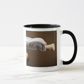 Mug Blackbelt faisant le poinçon avant