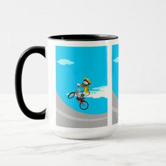 Mug BMX enfant avec sa bicyclette en sautant dans la