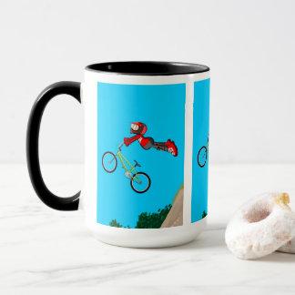 Mug BMX enfant dans sa bicyclette en donnant un grand