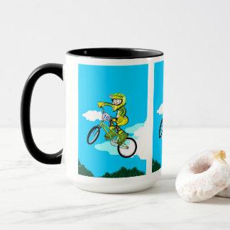 Mug BMX enfant dans sa bicyclette en faisant une