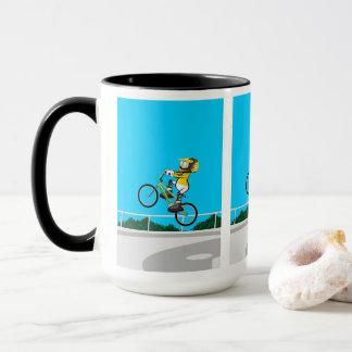Mug BMX enfant dans sa bicyclette en prenant élan
