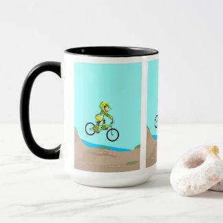 Mug BMX enfant en atterrissant dans la piste de terre