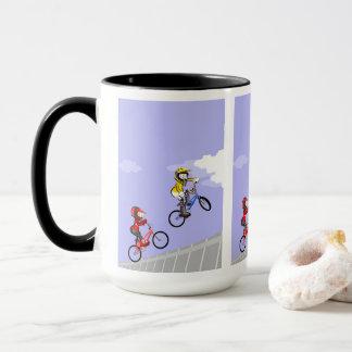 Mug BMX enfants dans sa bicyclette en prenant élan