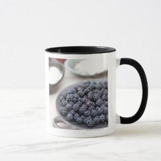 Mug Bol de mûres sur une table