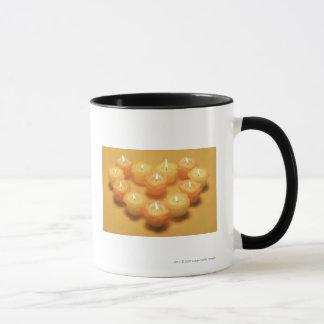 Mug Bougies brûlantes disposées dans une forme de