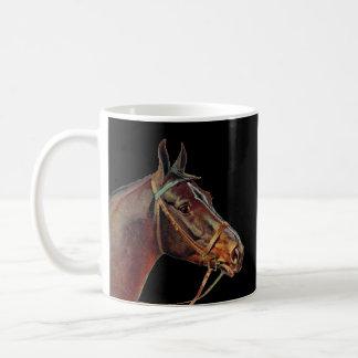 Mug Café de chevaux de Brown, arrière - plan noir