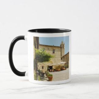 Mug Café de trottoir près d'une église, romane