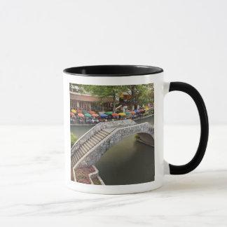 Mug Café extérieur le long de promenade et de pont de