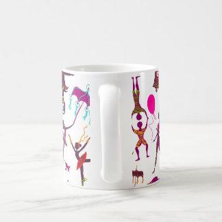 Mug caractères colorés de cirque sur le blanc